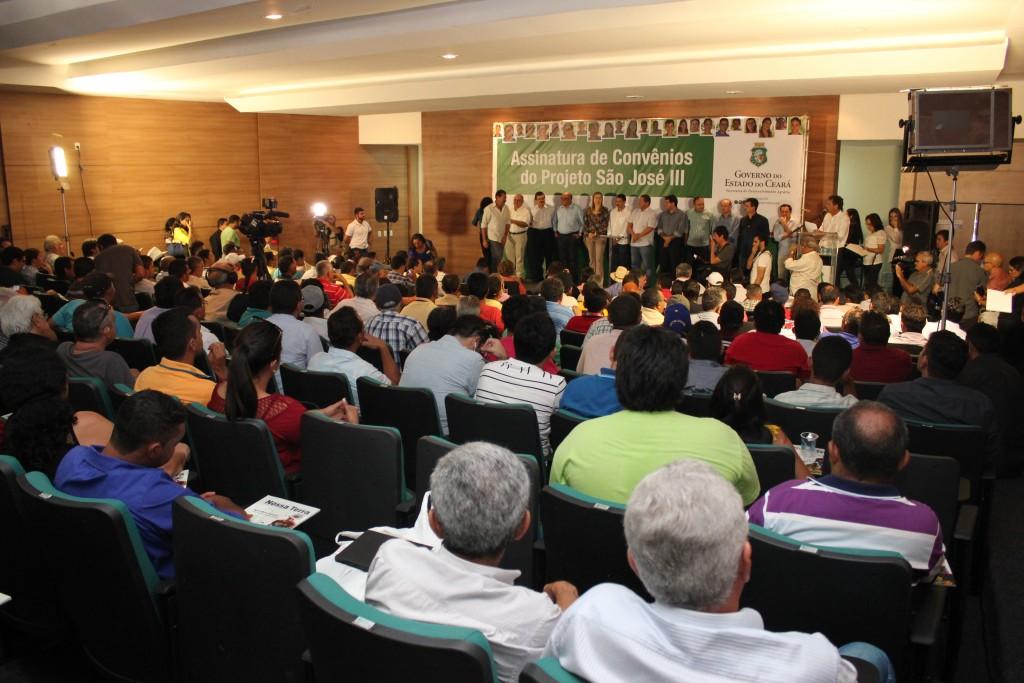 Foram assinados 40 convênios durante a solenidade (Foto: Marcel Bezerra)