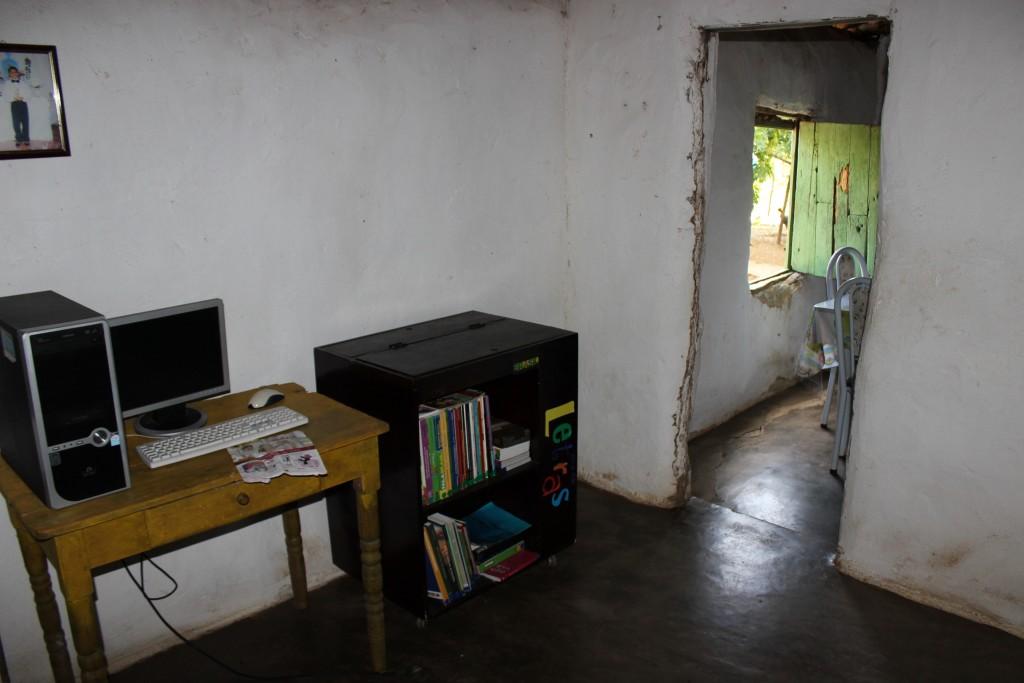 Biblioteca e computador do projeto Arca das Letras