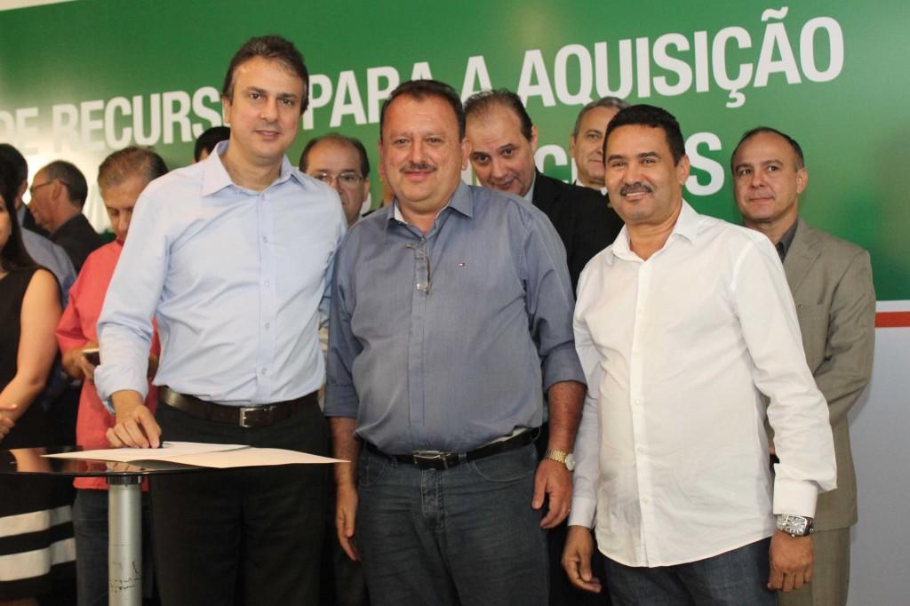 Governador Camilo Santana, o prefeito do município de Meruoca,