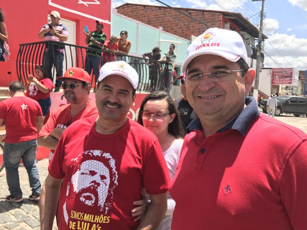 Deputado estadual Moisés Braz (PT) e o secretário de Finanças da Fetraece, Raimundo Martins, acompanharam a caravana em Banabuiú