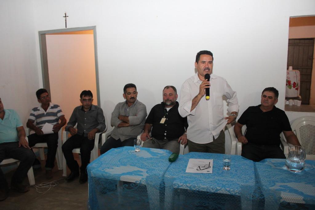 Moisés fala aos moradores do distrito de Fogareiro